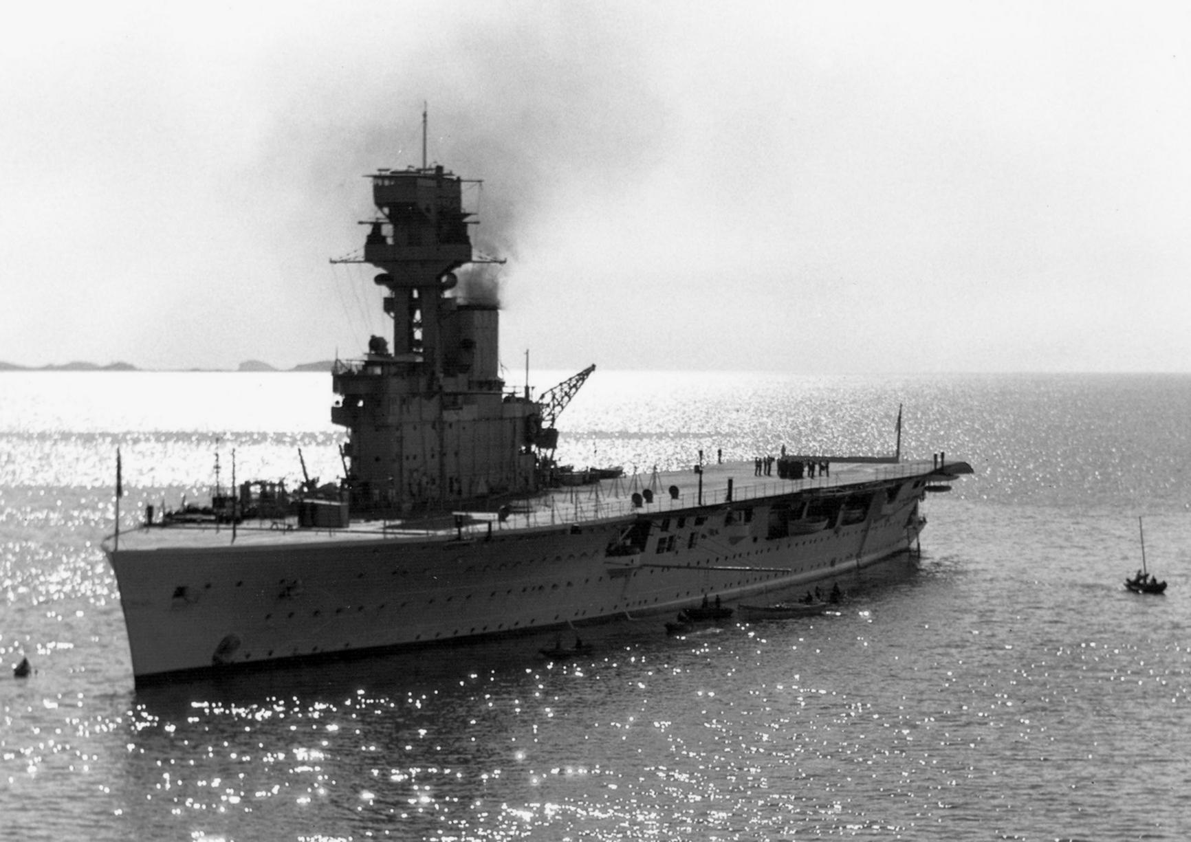 HMS_Hermes_(95)_off_Yantai_China_c1931.jpg