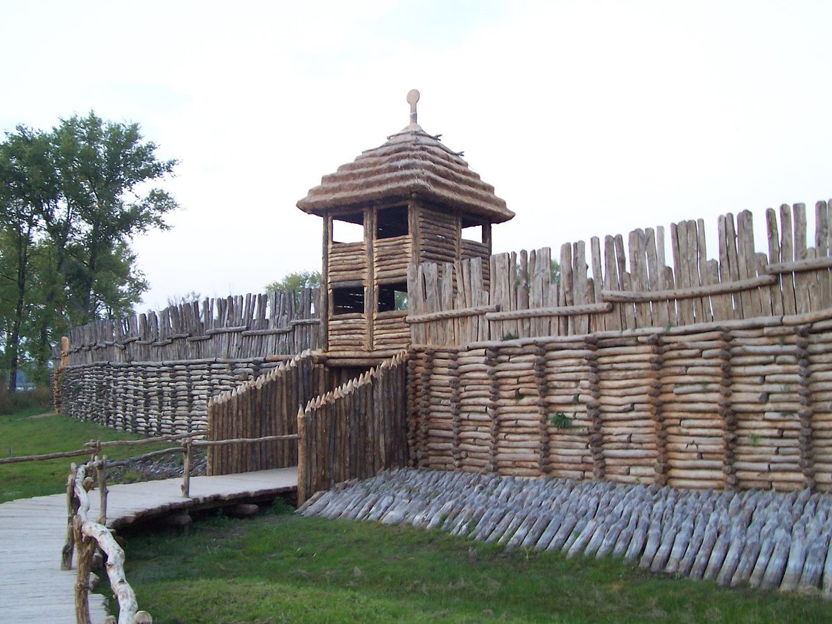 1200px-Biskupin_-_gate_and_wall.jpg